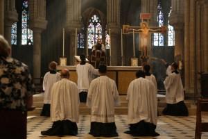 12 - messe du samedi des Quatre-Temps de septembre en la collégiale Notre-Dame de Mantes - élévation du Corps du Christ