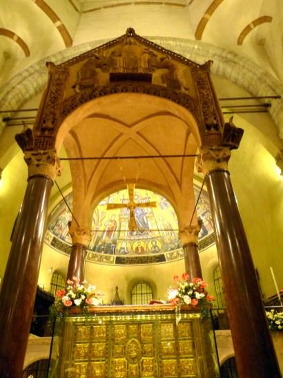 Le ciborium antique de la basilique Saint-Ambroise de Milan - notez les 4 tringles qui soutenaient les voiles entre les colonnes.