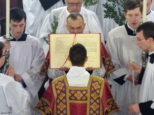 Rameaux 2015 - 08 - chant de l'évangile des Rameaux par le diacre