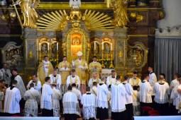 Imposition des mains par tous les prêtres présents.