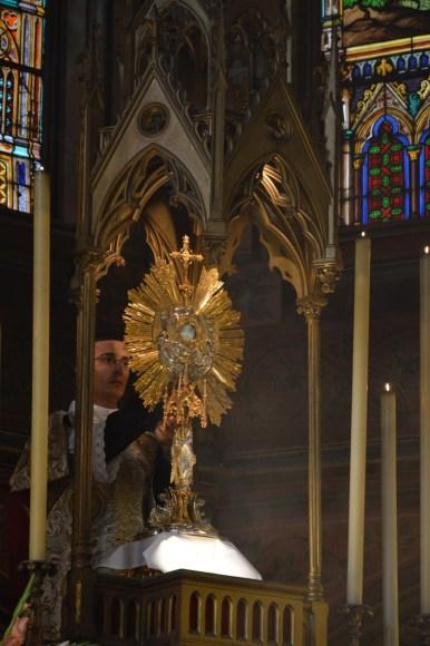 08-Vêpres de la Fête-Dieu devant le Très-Saint Sacrement exposé - le diacre va chercher l'ostensoir pour la procession qui suit les vêpres