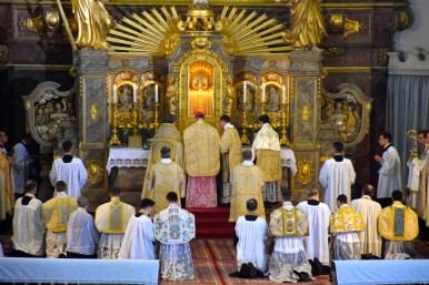 L'offertoire dit par le pontife et les nouveaux prêtres.