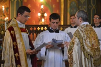 12-Vêpres de la Fête-Dieu devant le Très-Saint Sacrement exposé - intonation d'une antienne par le futur curé de Saint-Eugène