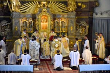 Déploiement des chasubles pliées après la communion.