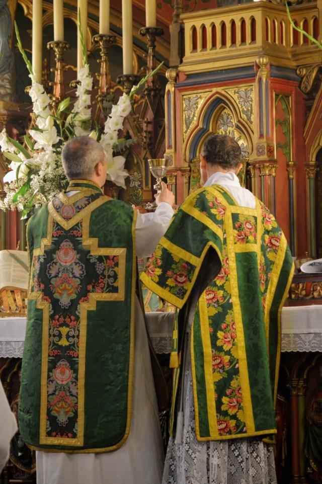Offrande de vin pendant l'offertoire.
