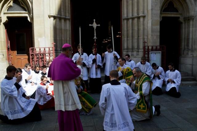 Bénédiction de Mgr de Dinechin sur le parvis.
