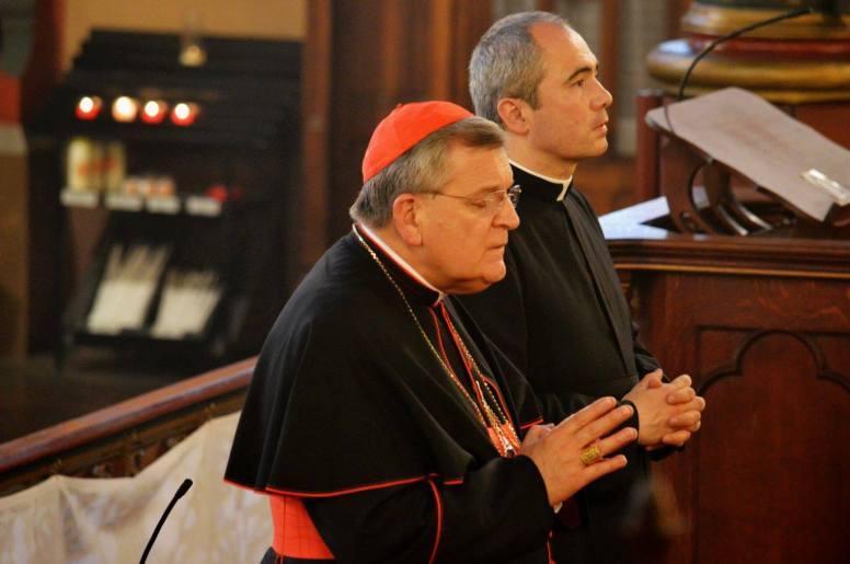 01-Son Eminence le cardinal Burke avec M l'Abbé Guelfucci curé de Saint-Eugène