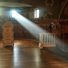 Chevetogne - l'un des chœurs monastiques de l'église de la crypte à l'heure de sexte