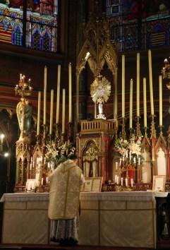 19-Messe de reposition des Quarante-Heures coram Sanctissomo - communion du célébrant