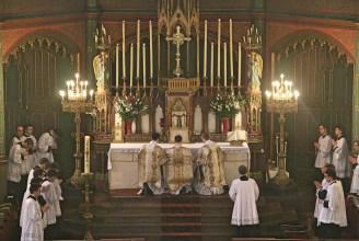 05 - Dimanche du Bon Pasteur 2016 - encensement de l'autel à l'introït