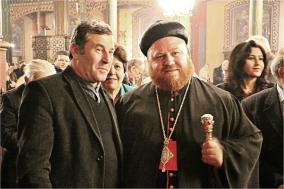Mgr Nicodemus Daoud Sharaf avec les fidèles.