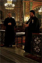 Mor Nicodemus Daoud Sharaf commence par prier le Notre Père dans la langue du Christ, l'araméen