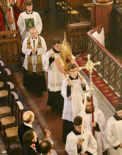 Procession des reliques de saint Eugène au son du Christus vincit