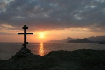 Кресту Твоему поклоняемся, Владыко, и святое воскресение Твое славим. Τὸν Σταυρόν σου προσκυνοῦμεν Δέσποτα, καὶ τὴν ἁγίαν σου Ἀνάστασιν δοξάζομεν. Crucem tuam adoramus, Domine, et sanctam Resurrectionem tuam glorificamus. Ta Croix, nous l'adorons, Seigneur, & ta sainte Résurrection, nous la glorifions.