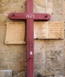 La Croix à l'entrée de la Chapelle