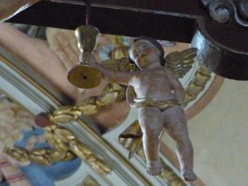 Ange baroque savoyard recueillant le Précieux Sang du Christ dans un calice.