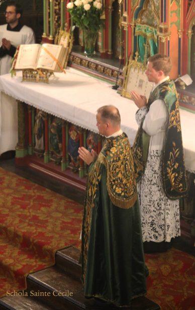 Première messe de M. l'Abbé Guillaume, fssp : pendant l'encensement après l'évangile