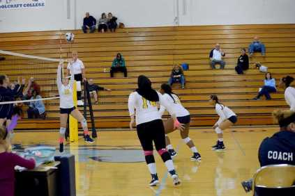 Women_Volleyball_10102218