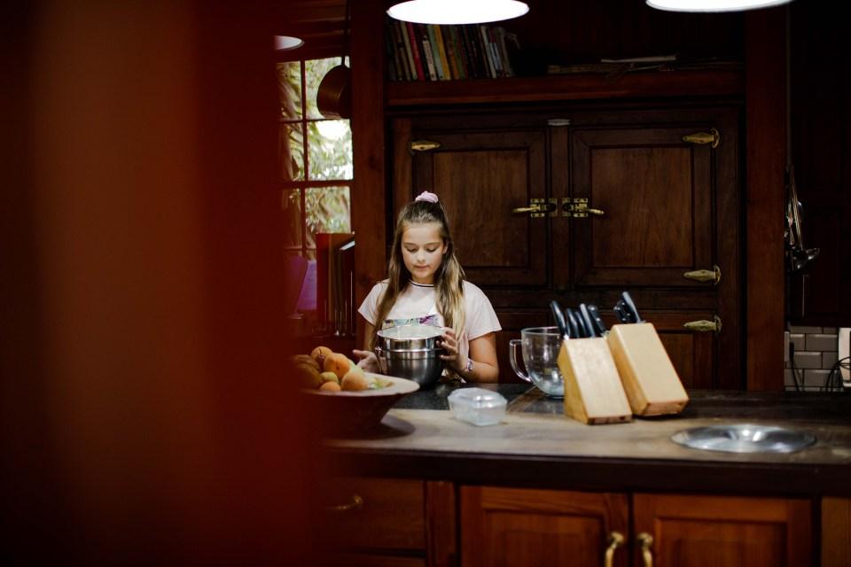 Fae baking  in Schoone Oordt's kitchen