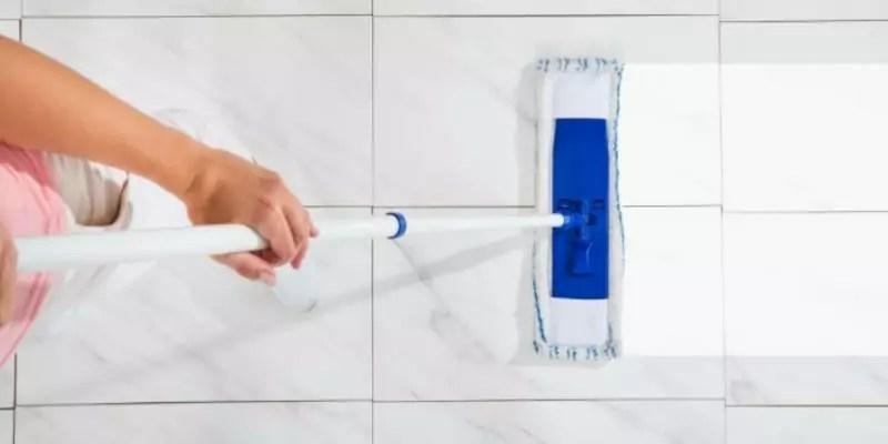 plavuizen tegelvloer schoonmaken