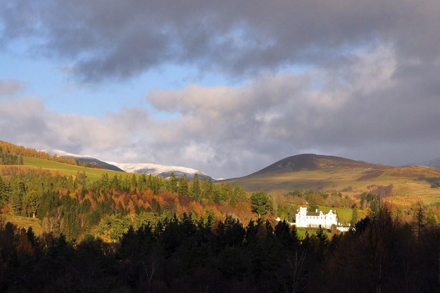 Das Blair Castle ist eine archetypische Burg aus dem 13. Jh. und kann auf unserer Bahnreise durch Schottland besucht werden.