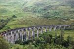 Die Bahnreise durch Schottland fuehrt auch ueber das Glenfinnan Viaduct.