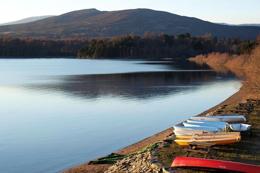 Loch Insh ist ein Wassersport Paradies und nicht weit vom Standort unserer Familienreise Schottland entfernt.
