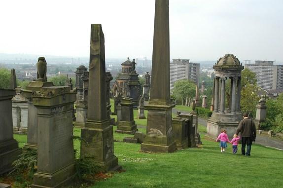 In Schottlands größter Stadt Glasgow gibt es den Nekropolis Friedhof, den man während einer Schottlandreise besuchen kann.