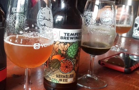 Auf einer Genussreise durch Schottland kann neben Schokolade auch Bier gekostet werden und eine Tour durch eine Brauerei gebucht werden.