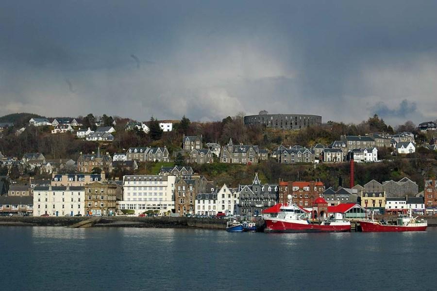 Am zweiten Tag der individuellen Bahnreise Schottland besuchen Sie die Hafenstadt Oban.