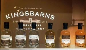 Eine Auswahl der Whiskysorten der Kingsbarns Distillery in Fife.
