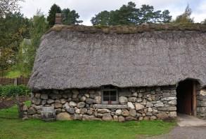In den Blackhouses koennen Sie auf einer Rundreise ueber die äußeren Hebriden sogar naechtigen.