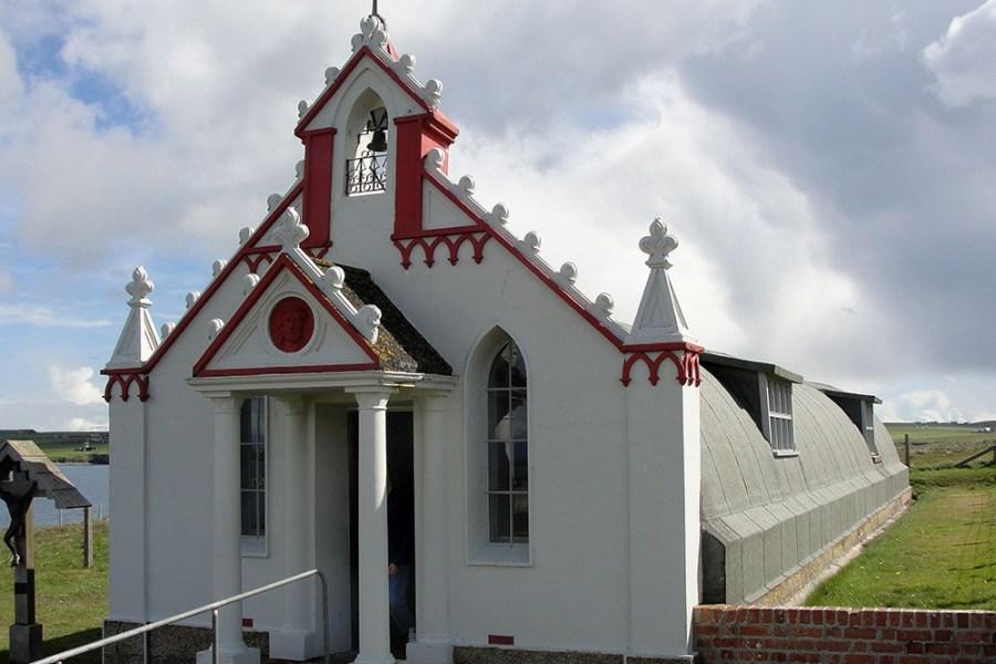 Erkunden Sie auf der Rundreise ueber Orkney die Italian Chapel, die von Kriegsgefangenen gebaut wurde.