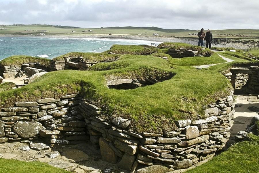 Die prehistorische Siedlung Skara Brae auf Orkney sollte auf einer Rundreise im Norden Schottlands nicht fehlen.