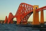 Die meisten Rundreisen durch Schottland queren des Firth of Forth mit Blick auf die Rail Bridge.