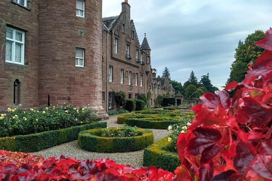 Glamis Castle liegt an der Ostkueste Schottlands und ist eine Freizeitoption der Rundreise.