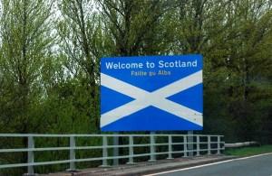 Man kann für seine Reise nach Schottland mit dem Flugzeug oder mit der Fähre anreisen.