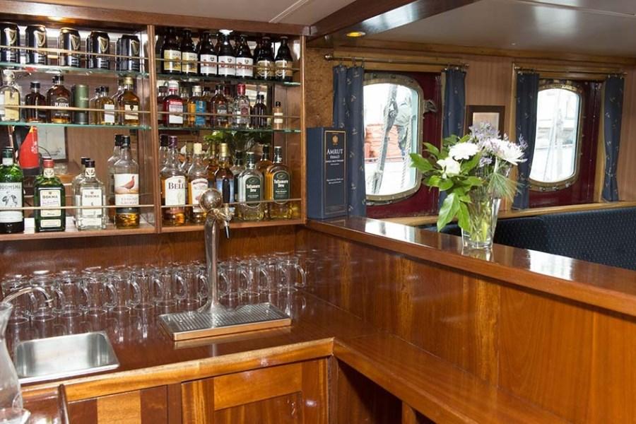 Ein kühles Getränk an der Schiffsbar sorgt für Abkühlung während der Segelreise in Schottland.