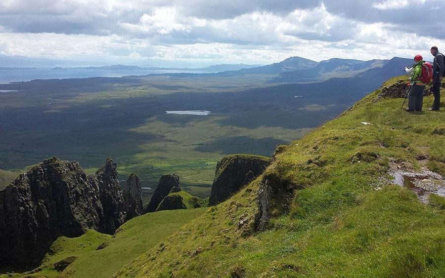 Die Felsformationen des Quiraing auf Skye sind ein Highlight der Wander-Bahnreise.