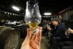 Das Warehouse Tasting in der Lagavulin Distillery ist der Hoehepunkt der Whiskyreise nach Islay.