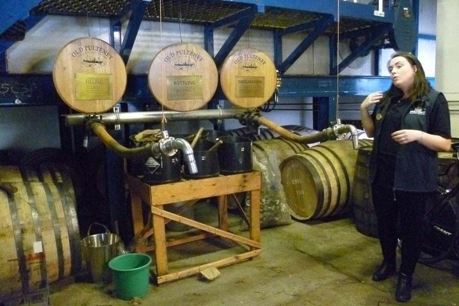 Unsere Whiskyreise besucht Old Pulteney Distillery, wo der Filling Room besichtgt wird.