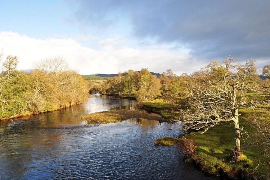 Der River Spey unserer Whiskyreise Schottland maeandert durch eine liebliche Landschaft.