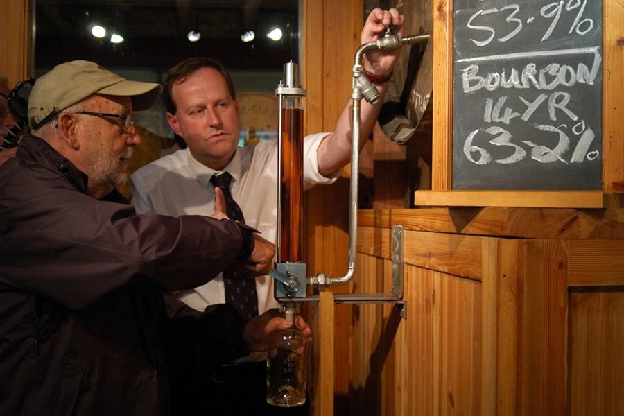 Waehrend unserer Whiskyreise in die Speyside kann man Whisky auch in Flaschen abfuellen.