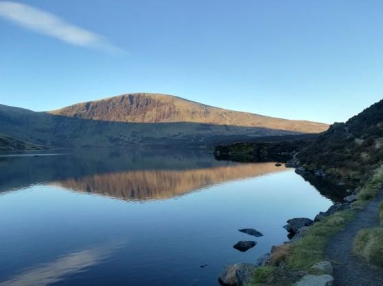 Loch Skeen ist ein ruhiger See in den Borders in Schottland gelegen.