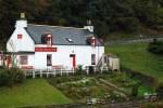 Die individuelle Wanderreise auf dem Speyside Way fuehrt an urigen Whisky Pubs wie dem Fiddich Inn vorbei.