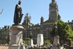 Ein Stadtrundgang durch Glasgow führt auch am Rathaus vorbei.