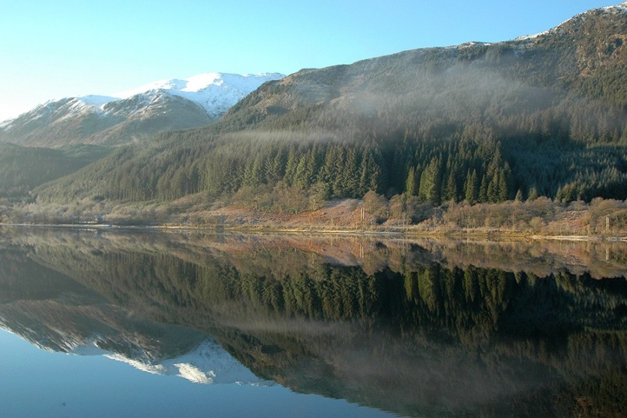 Berge, Seen und Taeler bilden das Panorama beim Wandern auf dem Trossachs Trail.