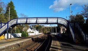 Der Bahnhof im schottischen Aberdour wird mit praechtigen Blumen geschmueckt.