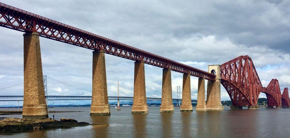 Die Forth Bridge nahe Edinburgh ist inzwischen eines der Wahrzeichen Schottlands.