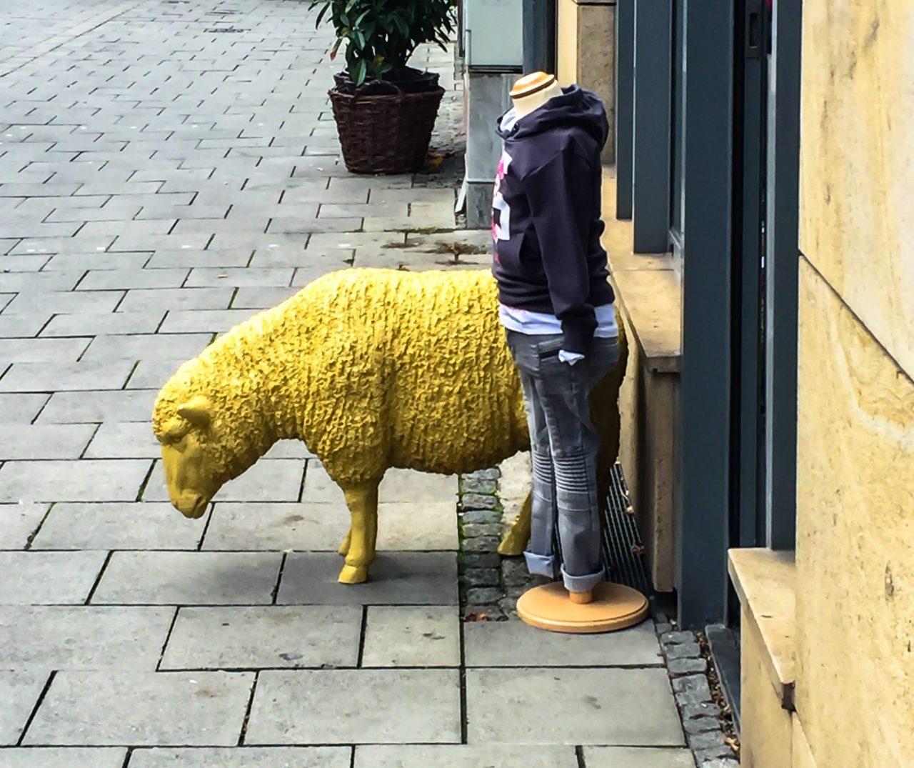 Mahnmal für den kopflosen Umgang von Kindern mit gelben Schafen